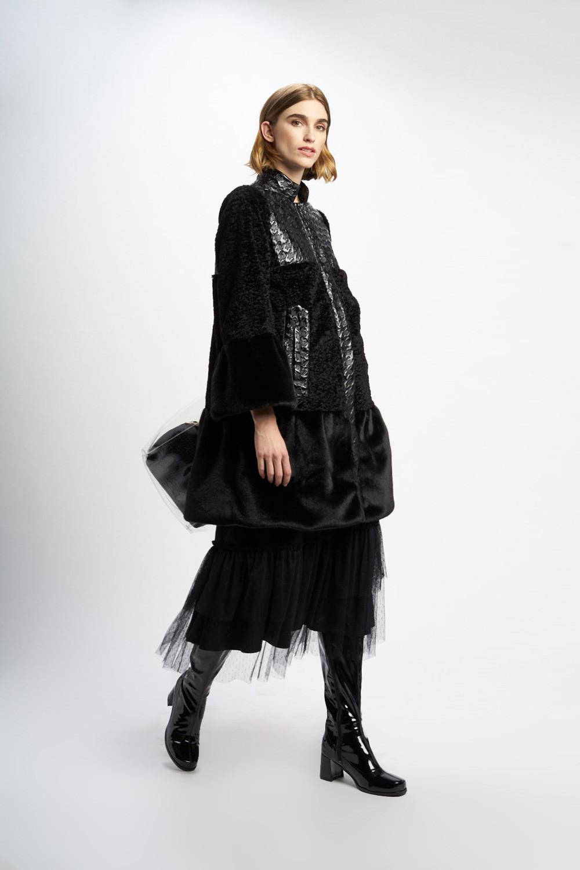 Poupée Chic | Abrigo pelo negro Frontal 2