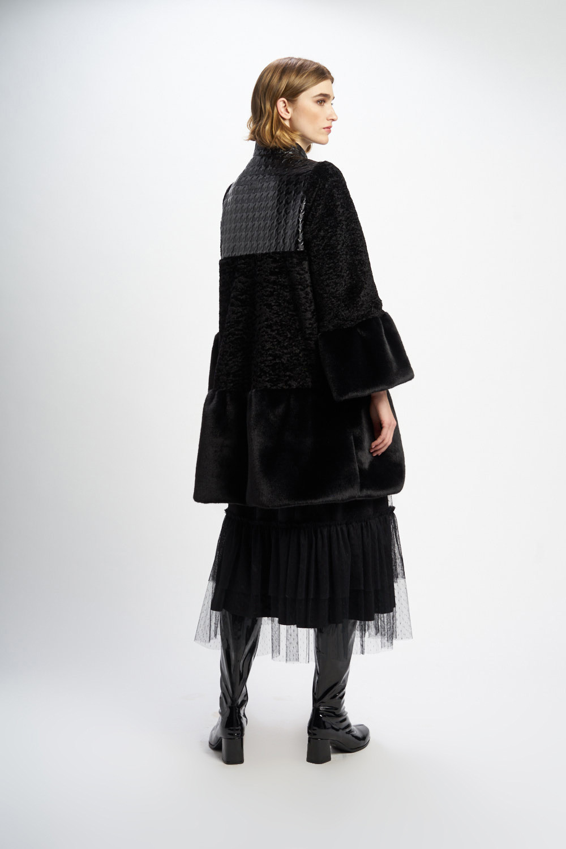 Poupée Chic | Abrigo pelo negro Trasera